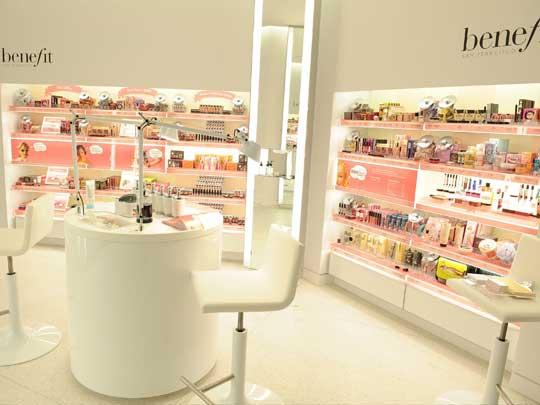Decorative cosmetics2 دکوراسیون مغازه لوازم آرایشی چگونه باشد؟