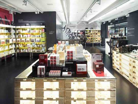 Decorative cosmetics3 دکوراسیون مغازه لوازم آرایشی چگونه باشد؟